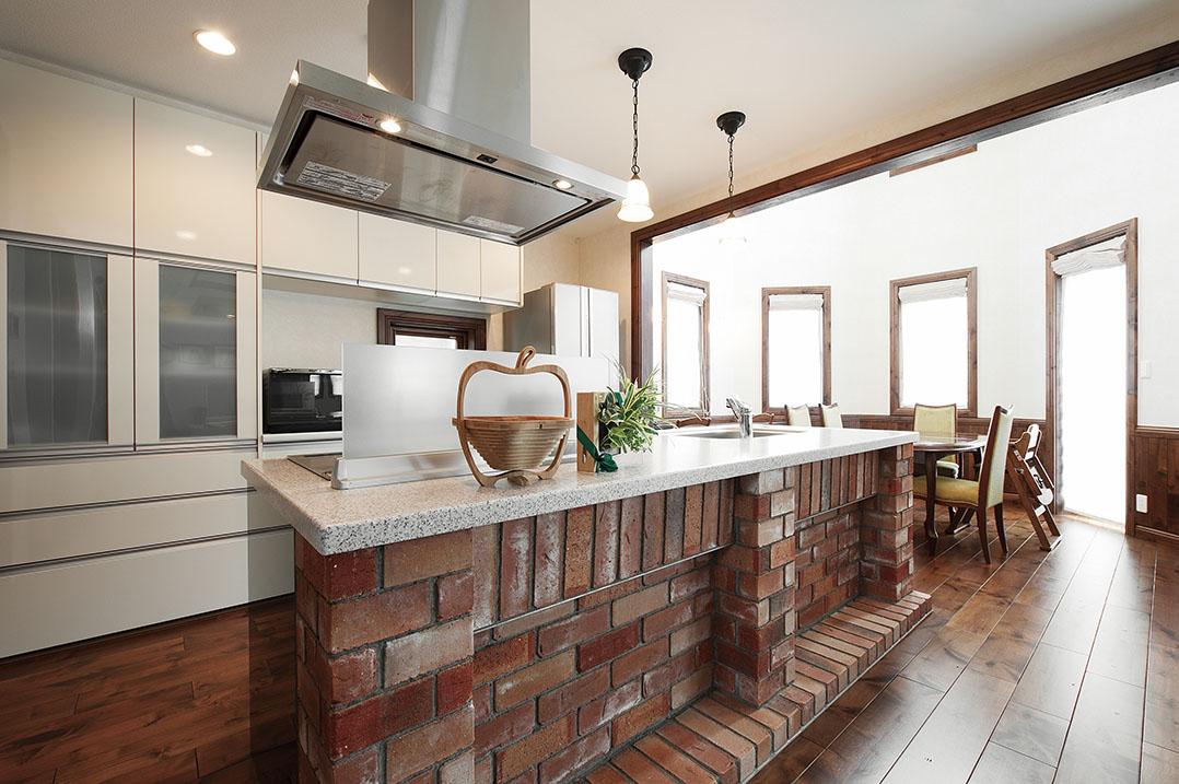 レンガの家の内装の実例:造作キッチンをレンガ造りに
