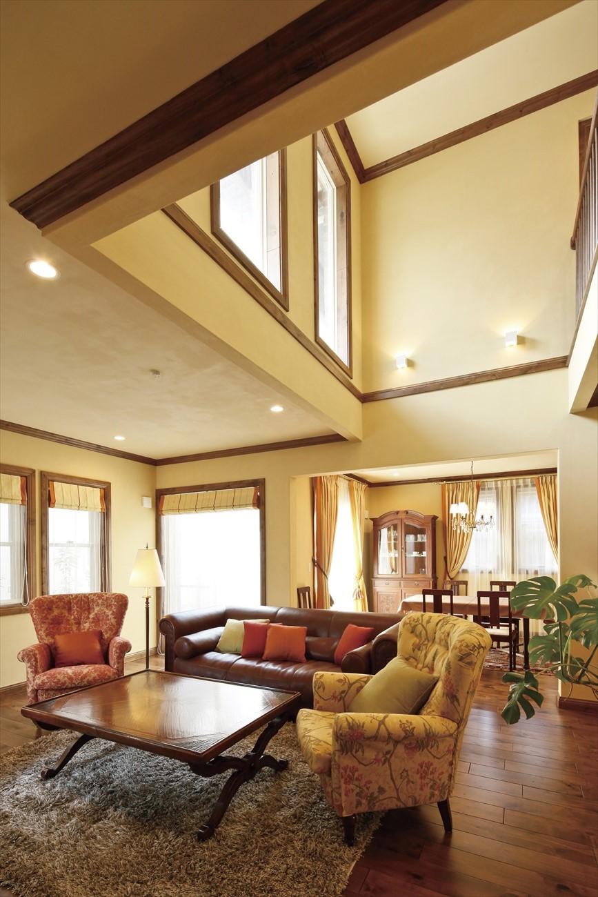レンガの家の内観:断熱性が高いため吹き抜けのある空間も実現しやすい