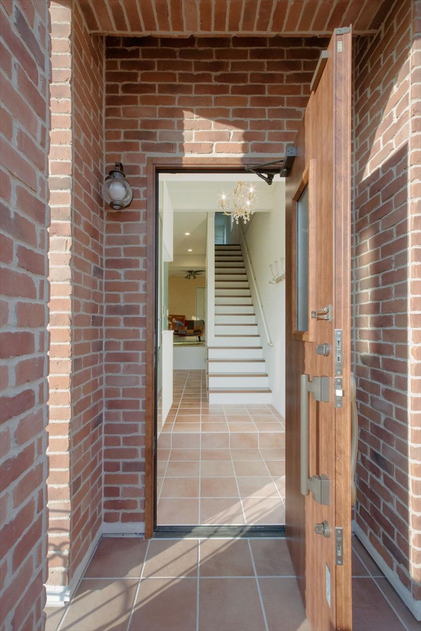 レンガの家の建築実例(注文住宅:玄関)リビングへつながる玄関ホール
