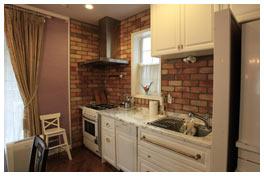 キッチンの壁もレンガ