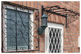 アイアン製の格子と青銅のランプ