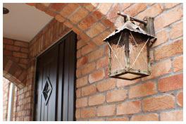 玄関アプローチの照明は先代から続くランプ