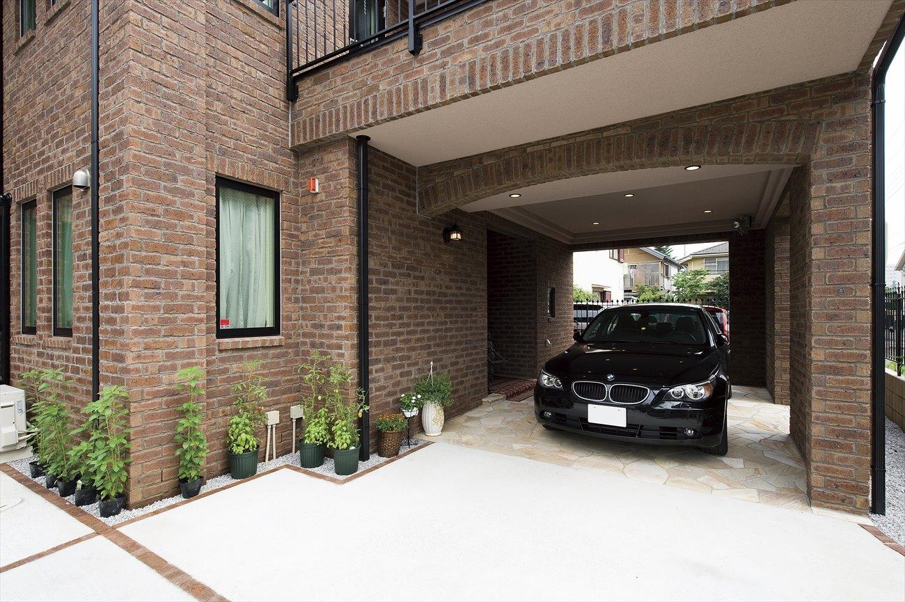 レンガの家の駐車場